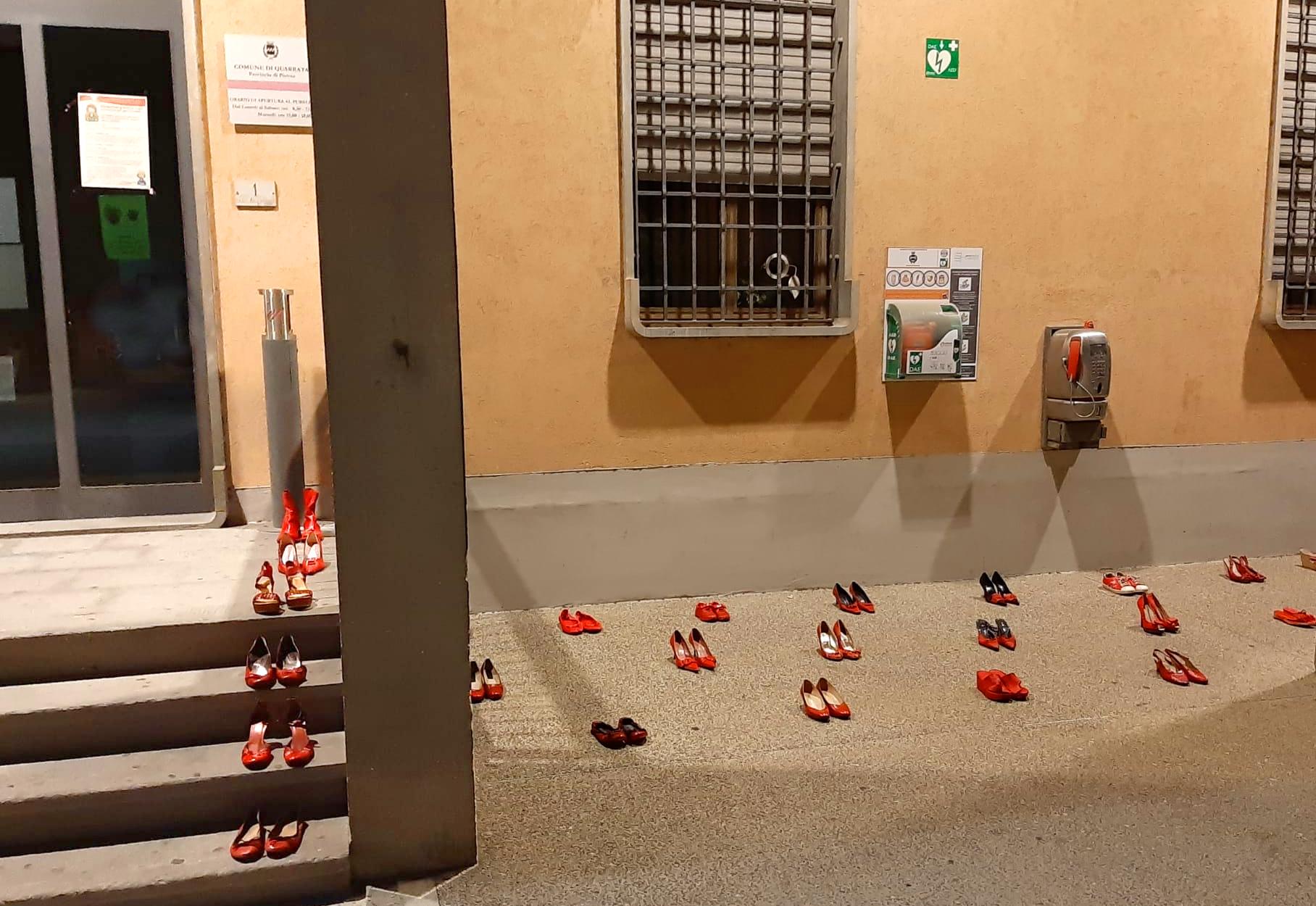 Cronaca, Quarrata: scarpe rosse sotto il Comune contro la violenza sulle donne