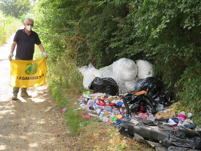Ambiente, Quarrata: ancora rifiuti in strada e nei campi.